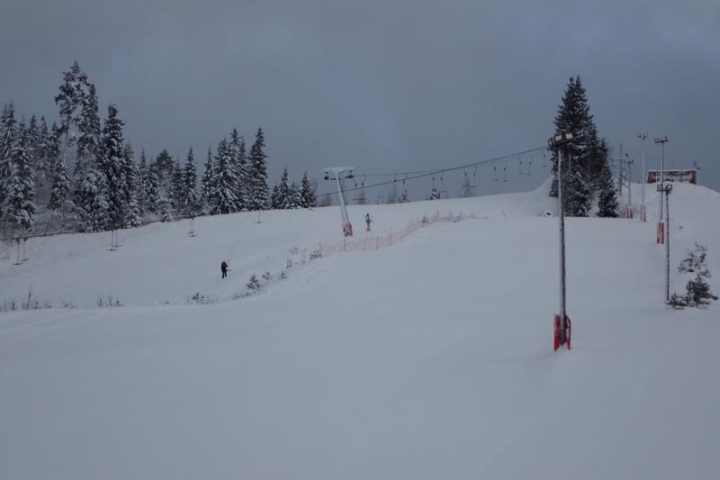 Вид на горнолыжный курорт Любогорье снизу